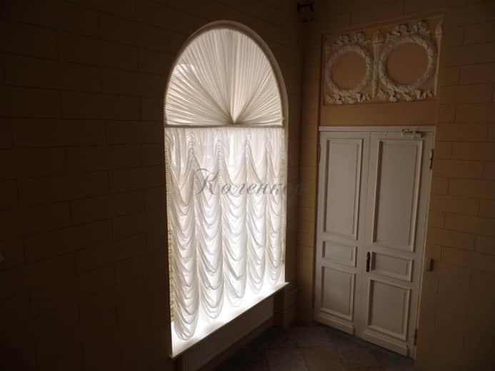 Светлые австрийские шторы в коридоре