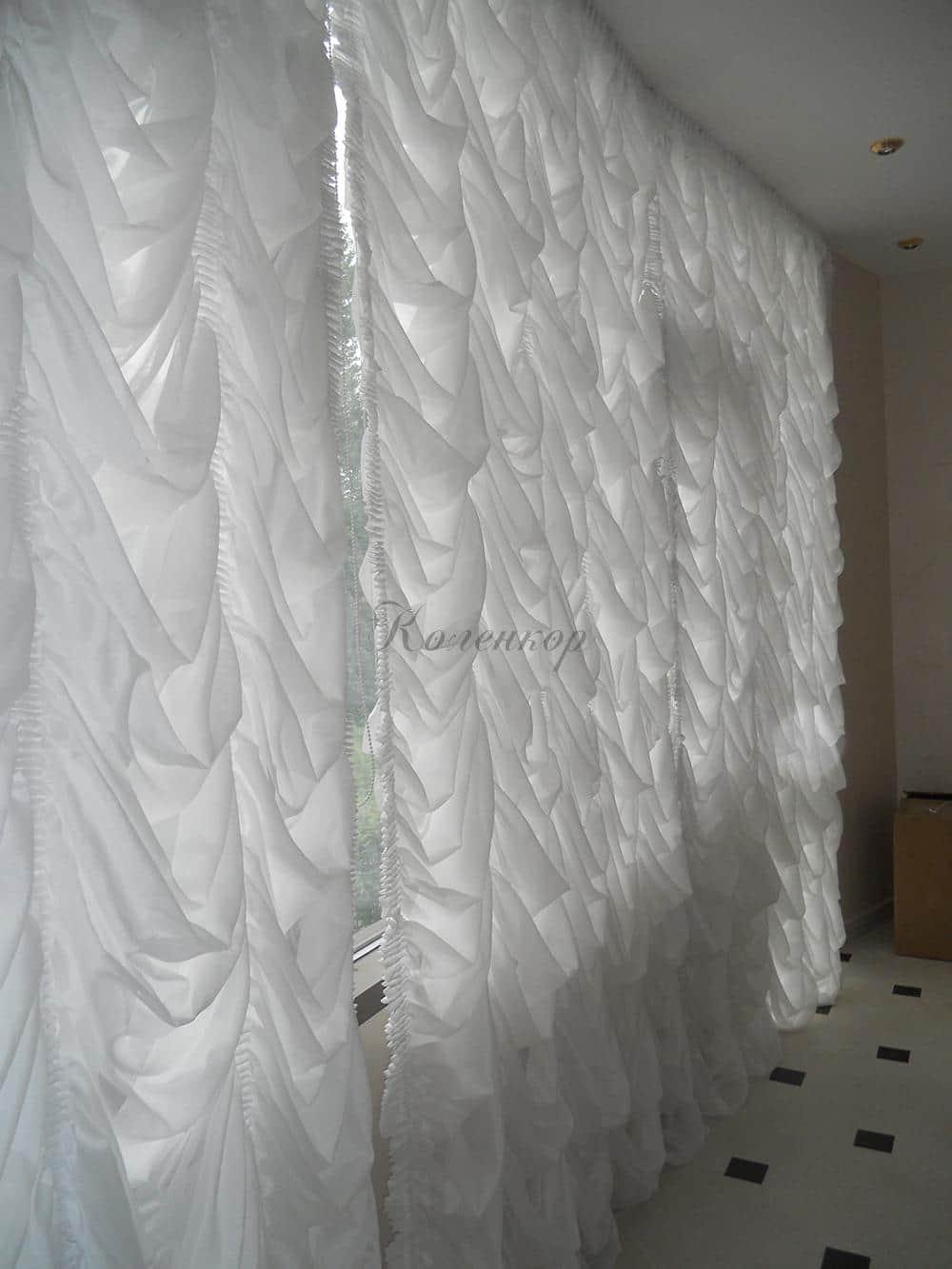 Белые австрийские шторы в интерьере