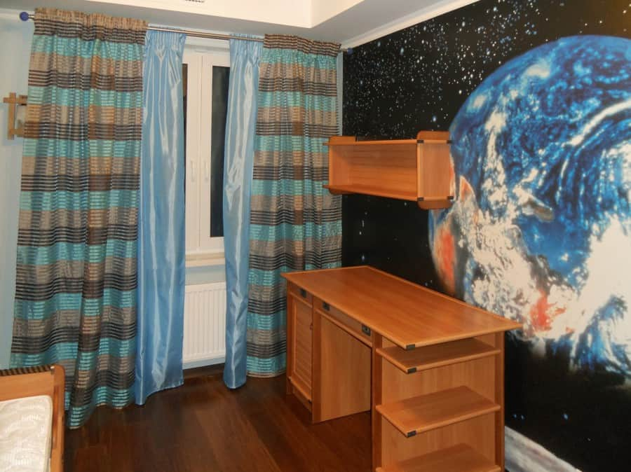 Синие шторы в интерьере детской комнаты