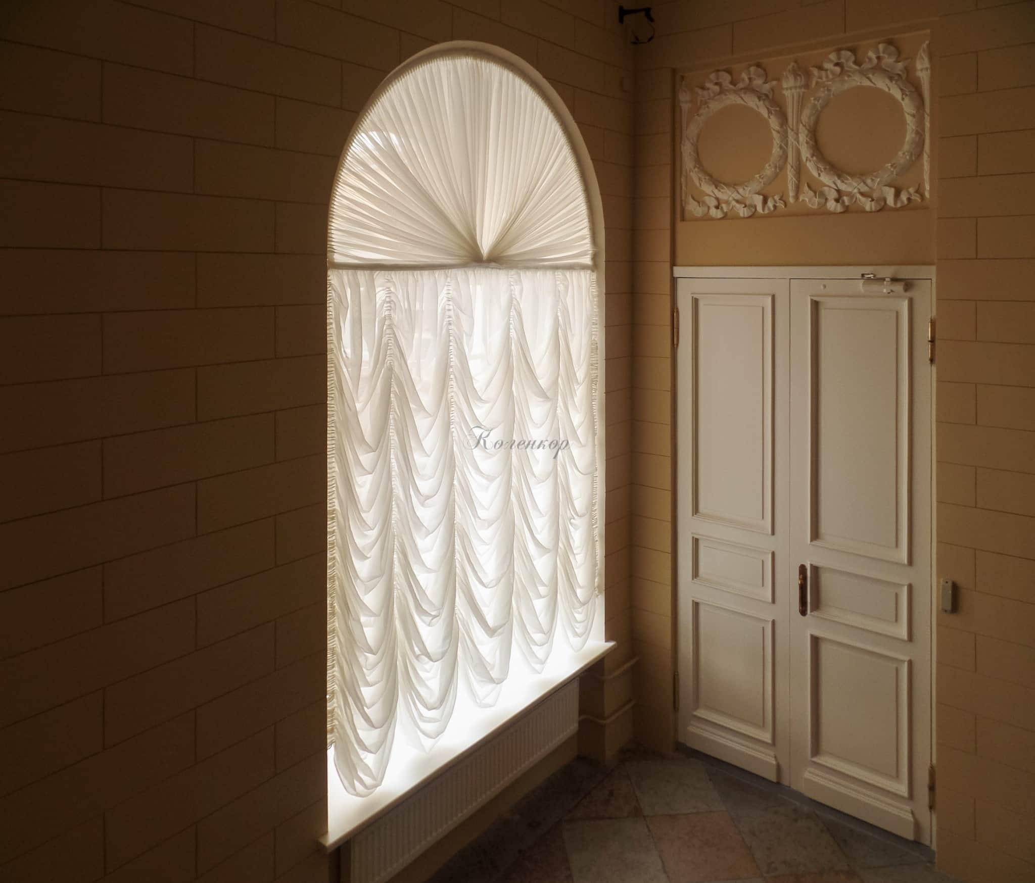 Выбор карниза для штор на арочные окна