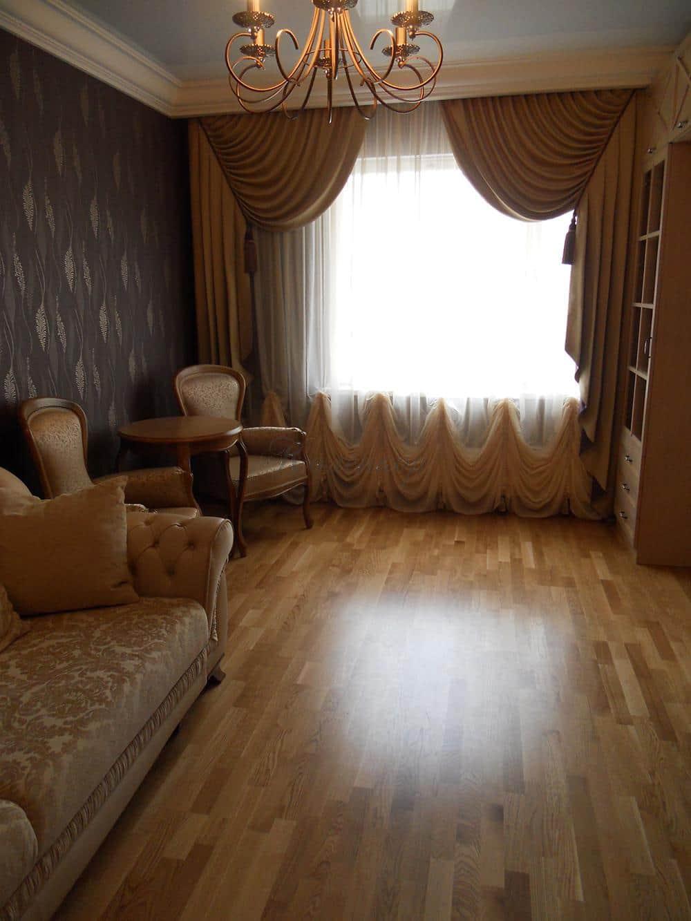 Французские шторы в интерьере комнаты со светлой мебелью