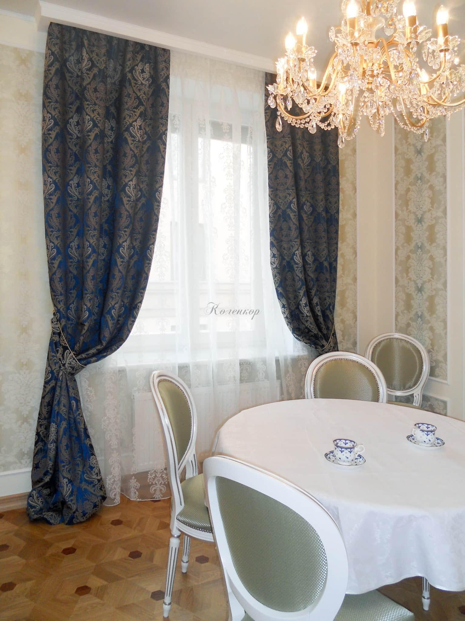 Синие шторы в интерьере гостиной