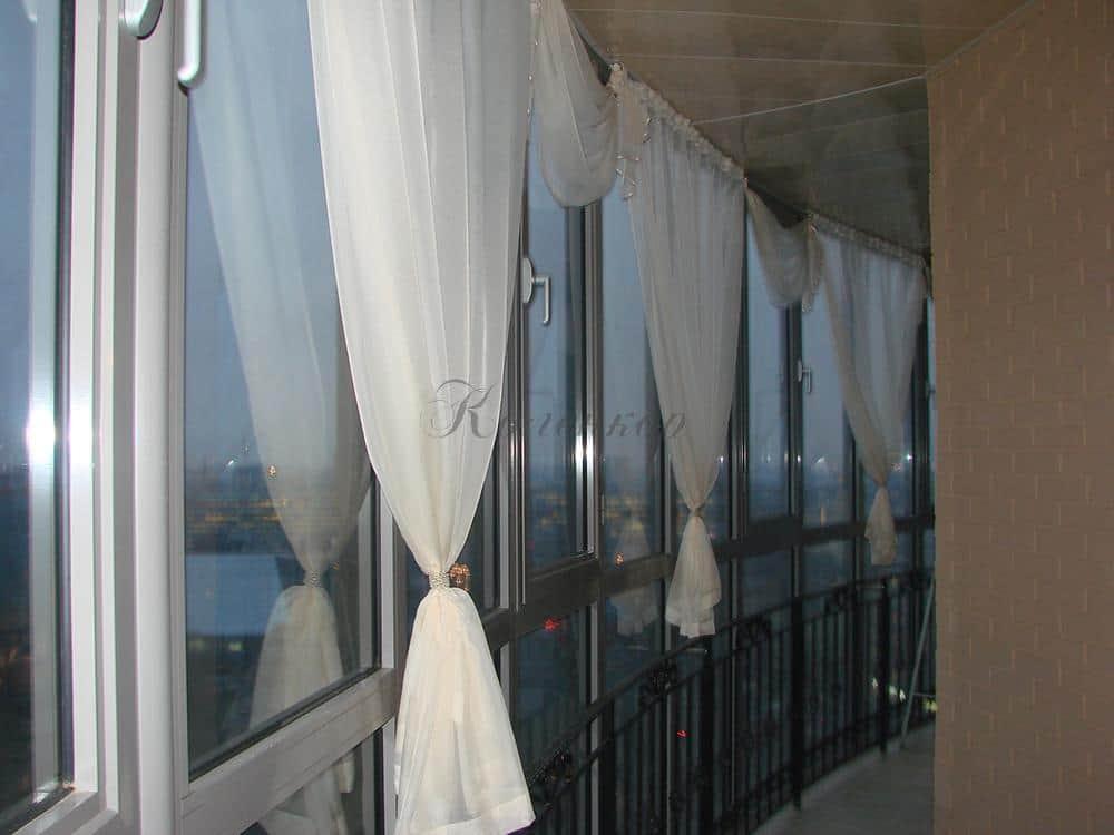Белые итальянские шторы на лоджию с панорамными окнами