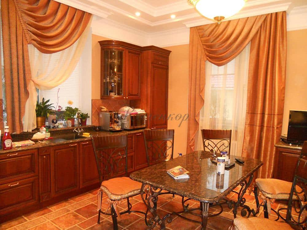 Персиковые римские шторы на кухню с гардиной