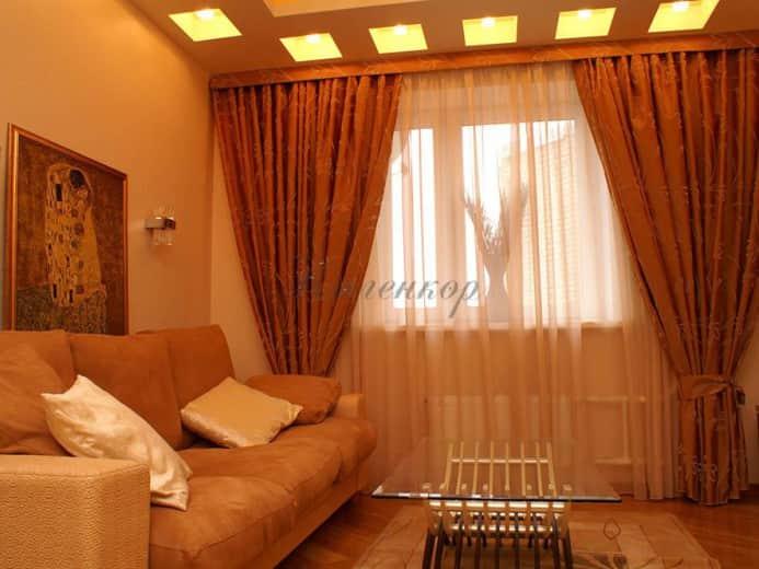 Итальянские шторы теплых тонов в интерьере гостиной