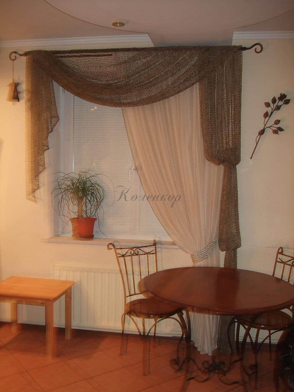Итальянские шторы в сеточку в интерьере кухни
