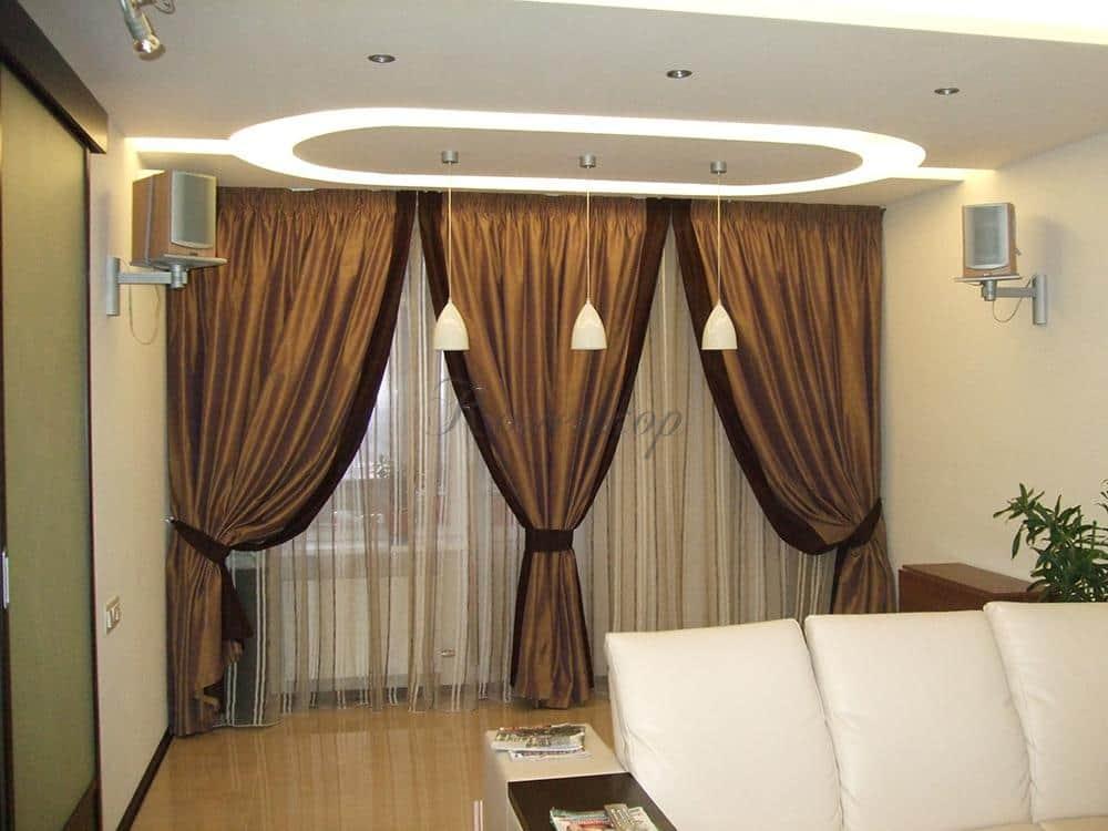 Темные итальянские шторы в интерьере гостиной