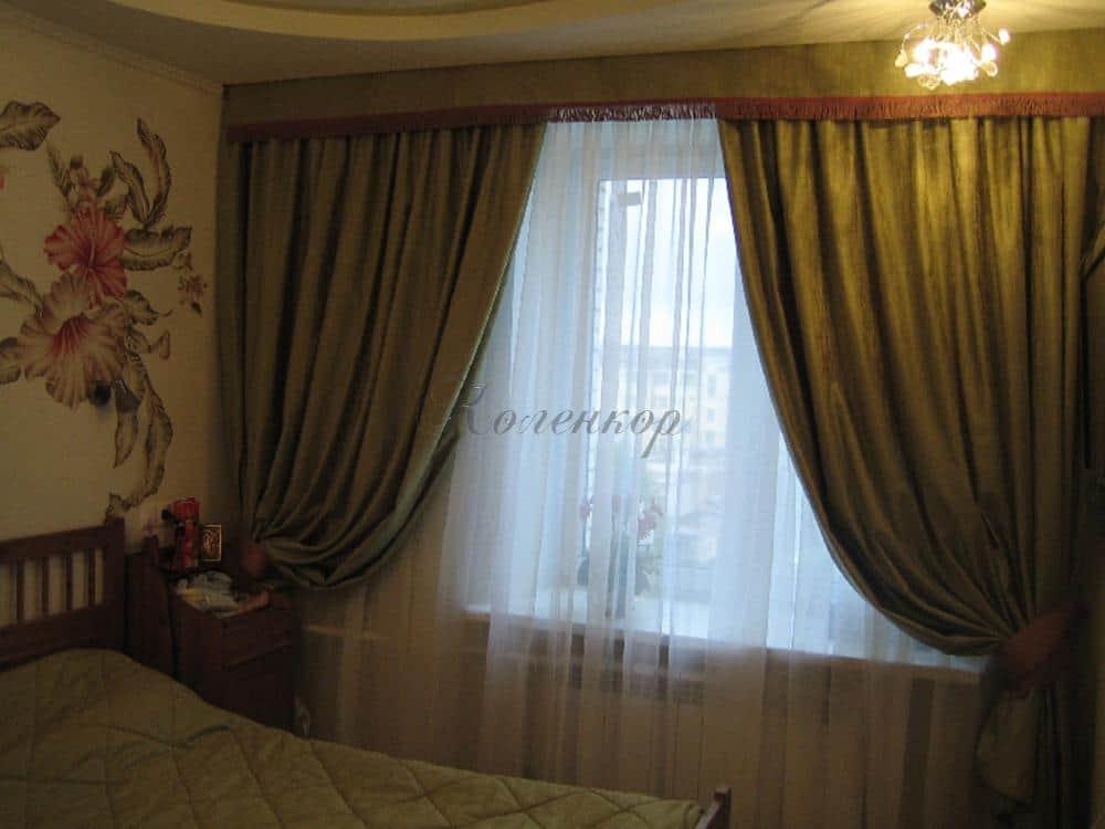 Темные итальянские шторы в оформлении спальни