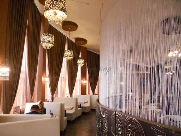 Итальянские шторы в оформлении интерьера ресторана