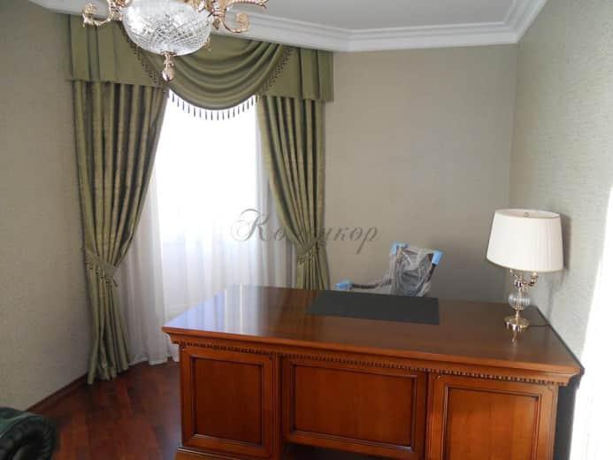 Классические шторы с ламбрекенами в интерьере кабинета