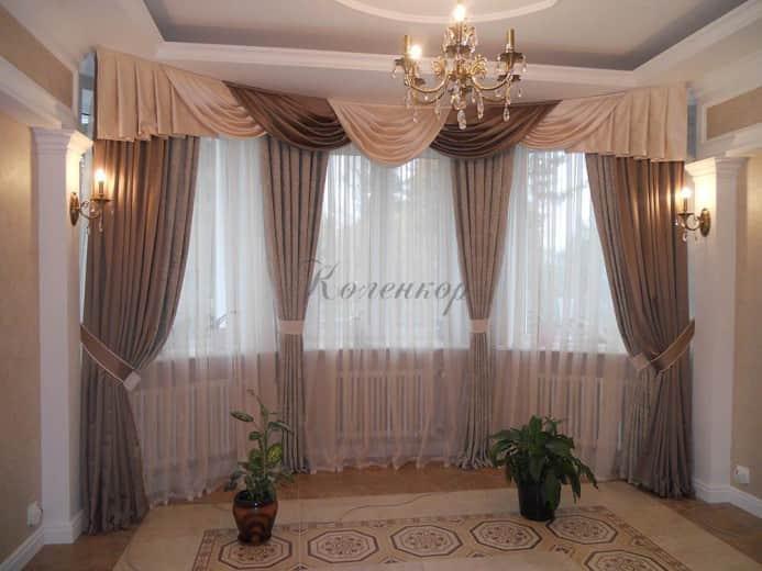 Классические шторы золотистых тонов в оформлении гостиной