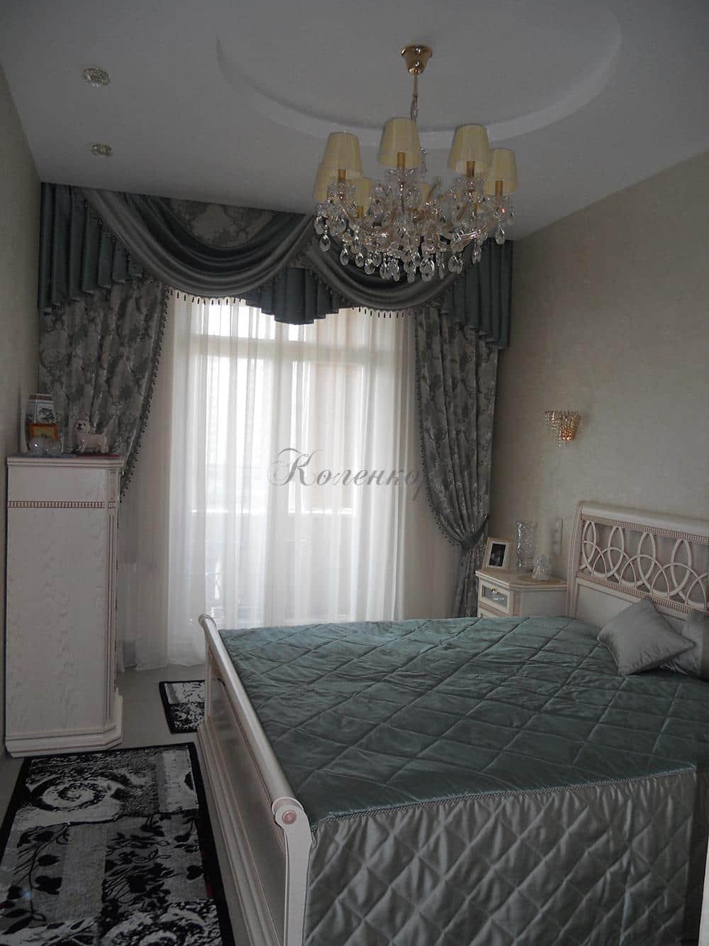 Классические шторы в спальню с ламбрекенами