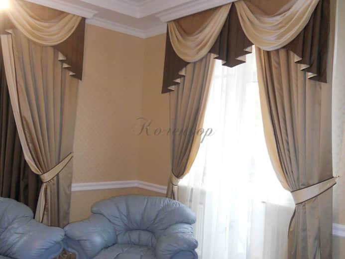 Классические шторы кофейного оттенка в оформлении гостиной