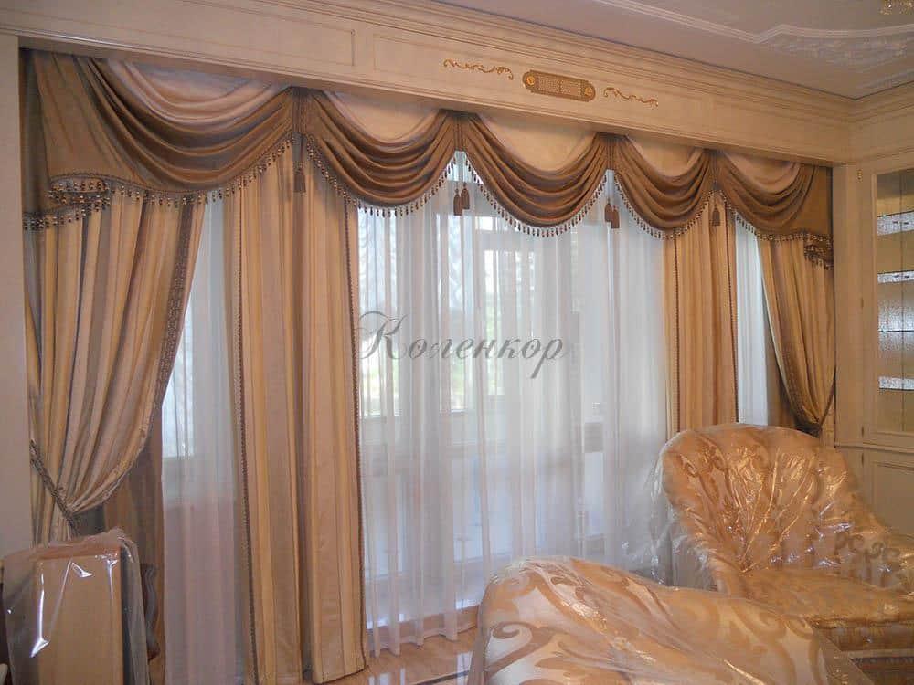 Классические шторы с ламбрекенами с бахромой для гостиной