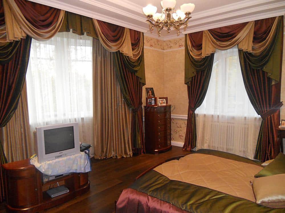 Классические шторы с сочетанием трех цветов в интерьере спальни