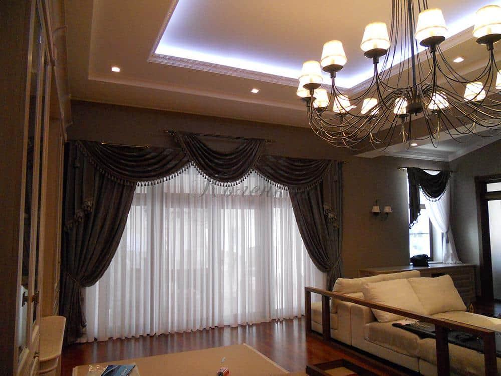 Классические шторы в интерьере комнаты с панорамными окнами