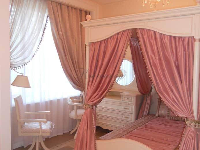 Розовые классические шторы для кровати