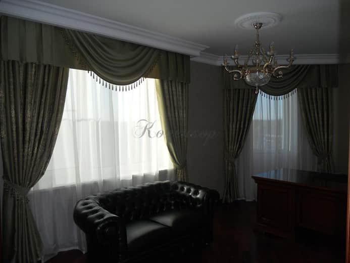 Темные классические шторы для кабинета