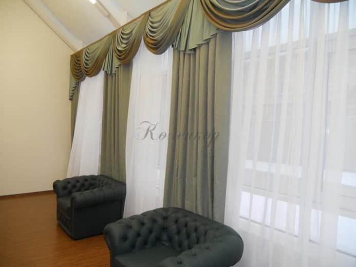 Темные классические шторы с ламбрекенами в интерьере с темной мебелью