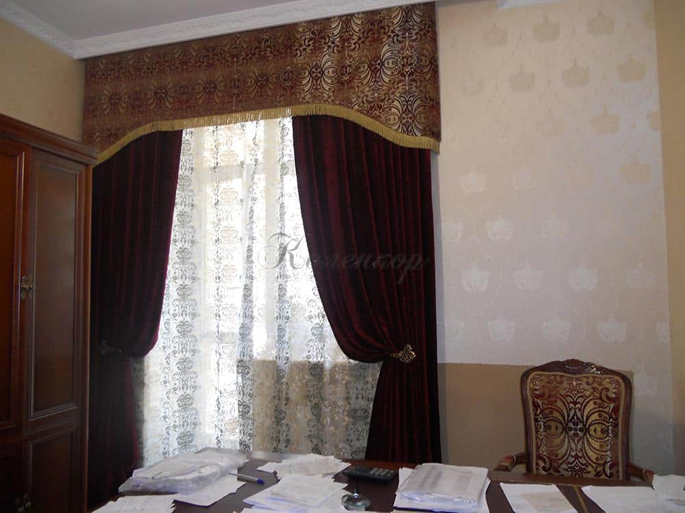 Классические бордовые шторы в кабинет
