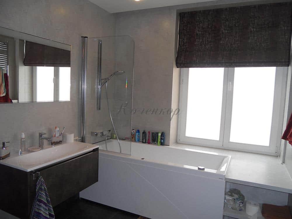 Темные римские шторы в ванную комнату