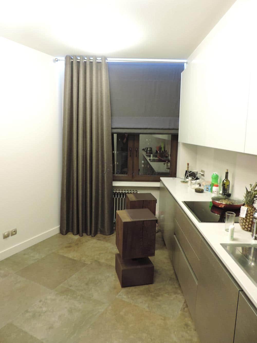 Темные римские шторы на кухню