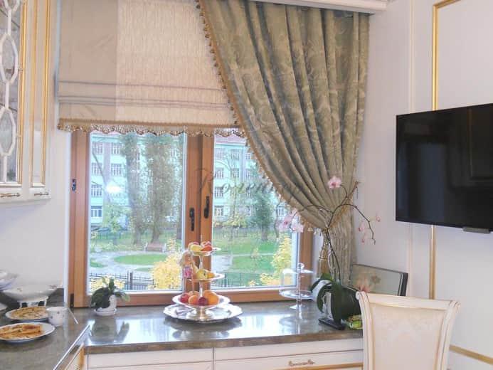 Светлые римские шторы на кухню с гардиной