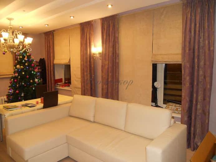 Светлые римские шторы в гостиную