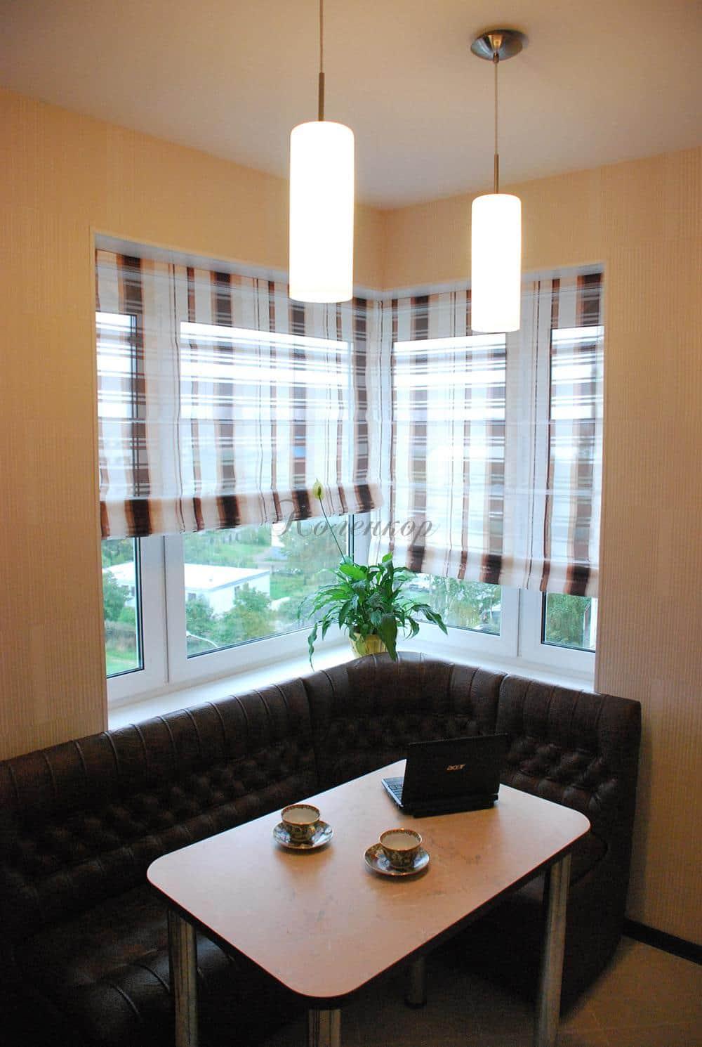 Полупрозрачные римские шторы в клетку в интерьере с темной мебелью
