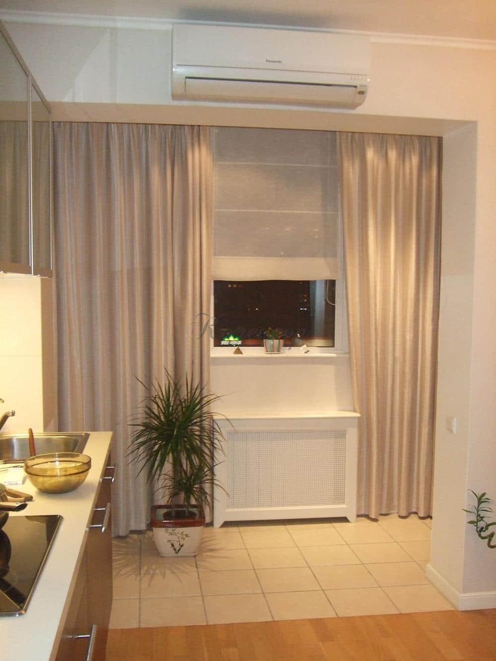 Светлые римские шторы для кухни
