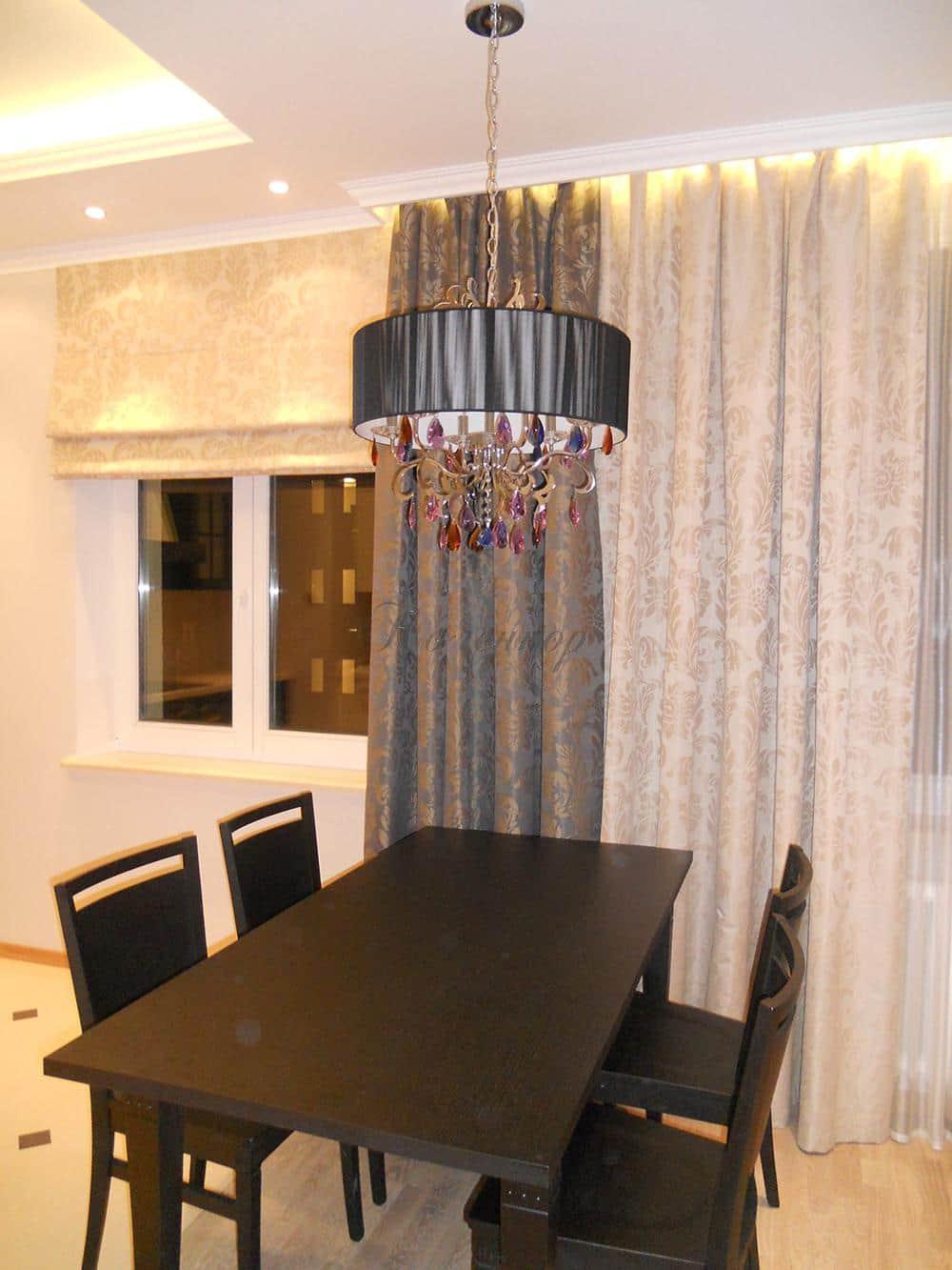 Перламутровые римские шторы в интерьере кухни