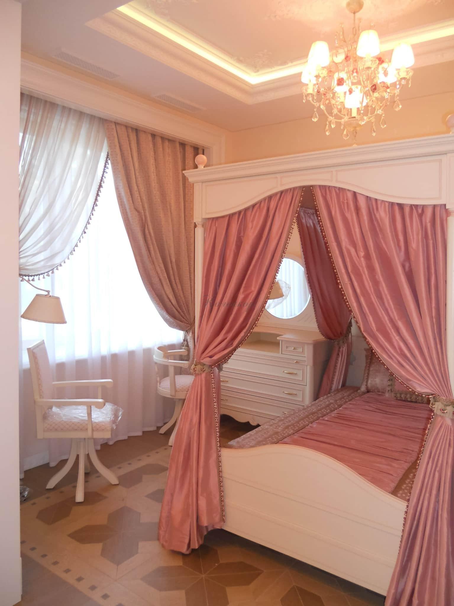 Сочетание штор и покрывала на кровать по конструкции