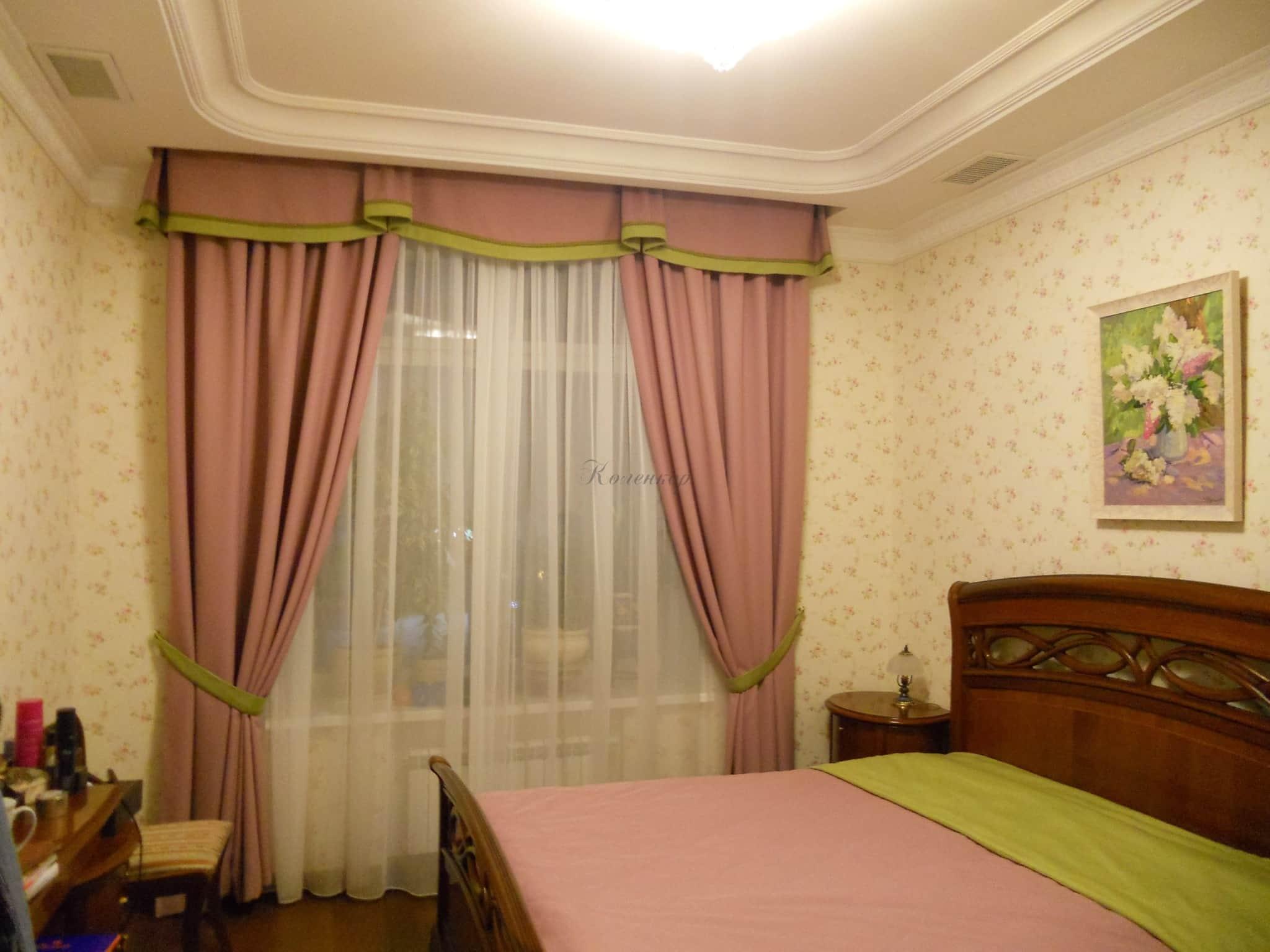 Сочетание штор и покрывала на кровать в спальне