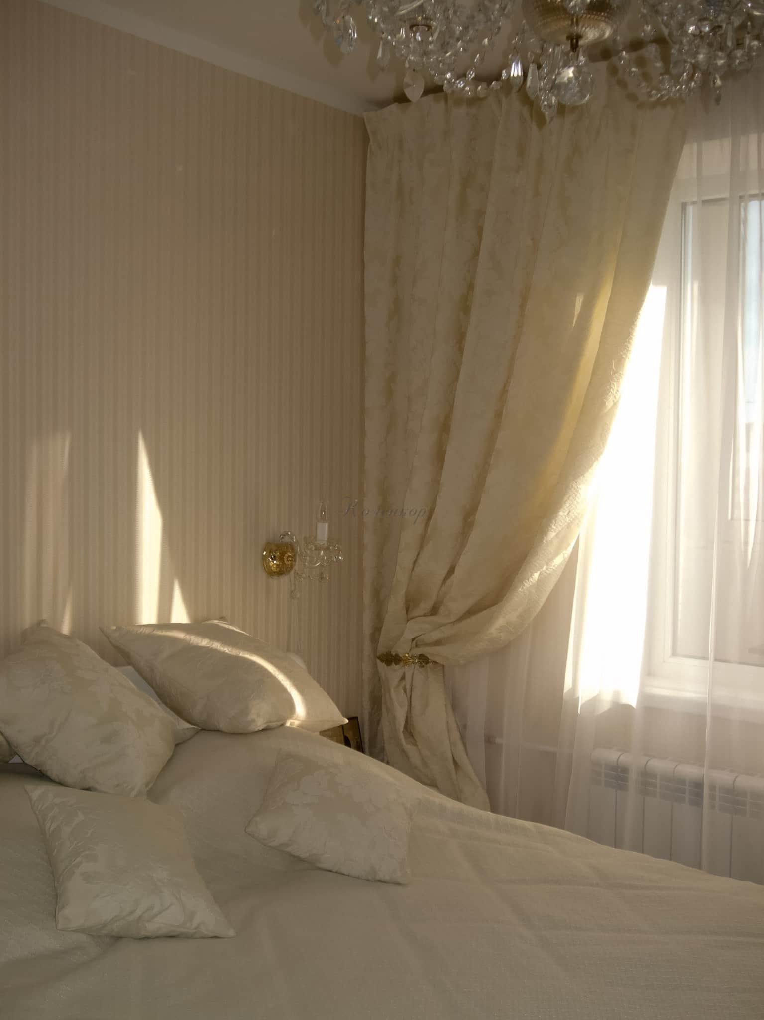 Сочетание штор и покрывала в спальне