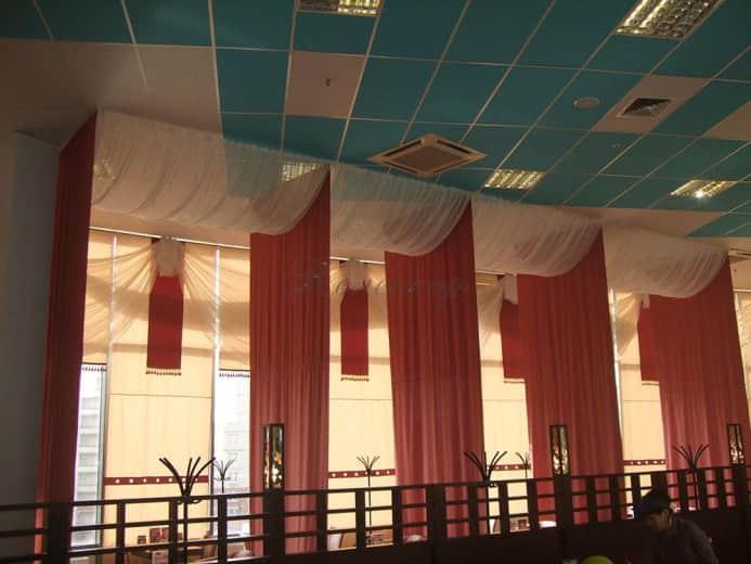 Японские шторы в коралловом цвете для оформления интерьера ресторана