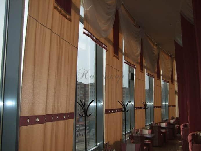 Японские шторы в бежевого цвета с для оформления интерьера ресторана