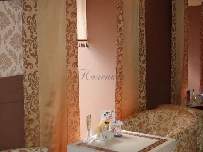 Японские шторы теплых тонов в интерьере ресторана