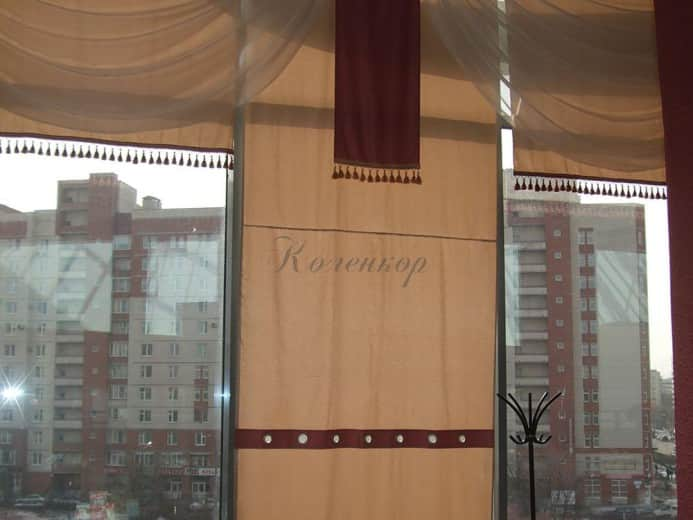 Японские шторы со вставкой в интерьере ресторана